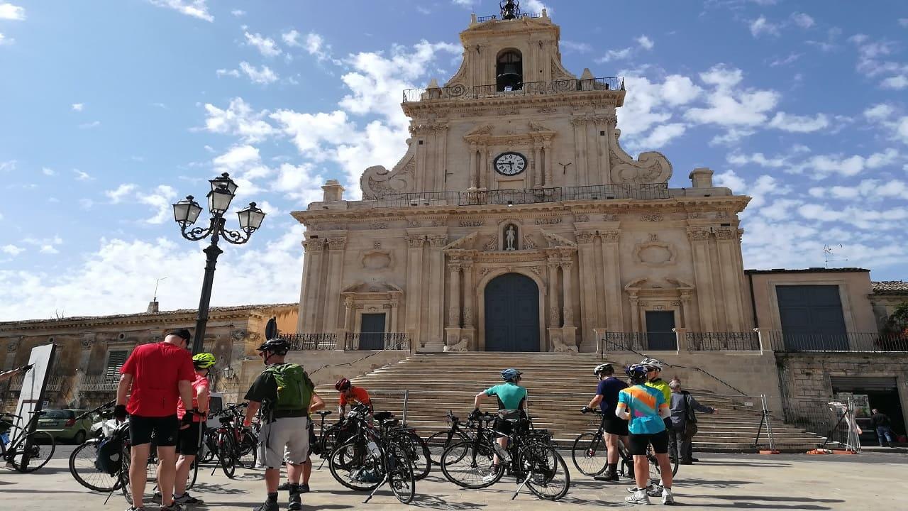 Tour sicilia in bici - gruppo in bici